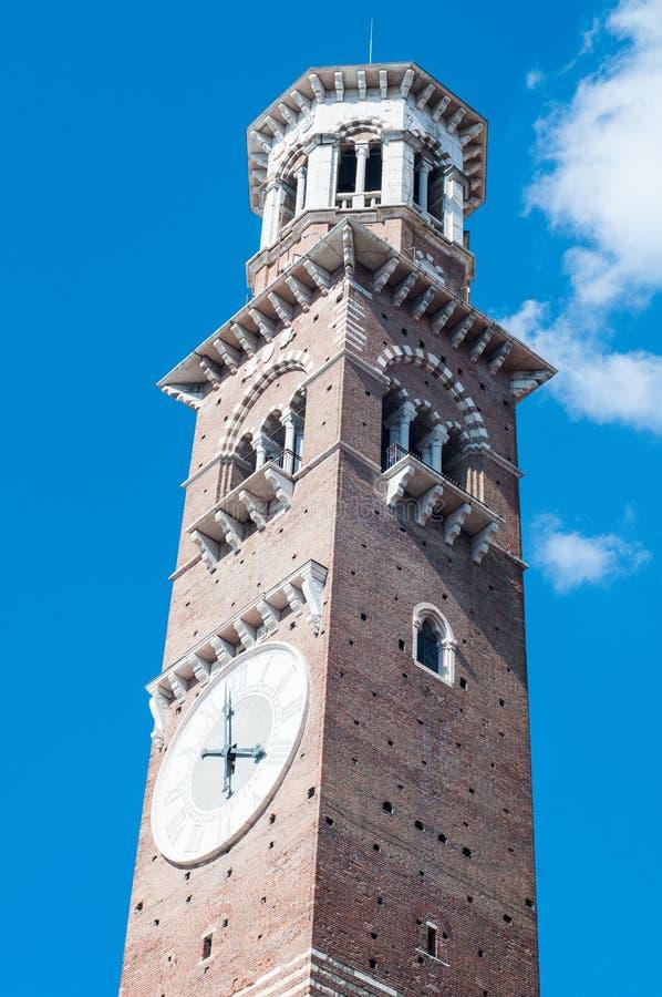 Η κατώτατη άποψη του lamberti πύργων ένας διάσημος μεσαιωνικός πύργος εντοπίζει στοκ εικόνες με δικαίωμα ελεύθερης χρήσης