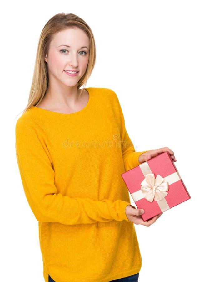 Η καυκάσια γυναίκα παρουσιάζει με το giftbox στοκ φωτογραφία με δικαίωμα ελεύθερης χρήσης