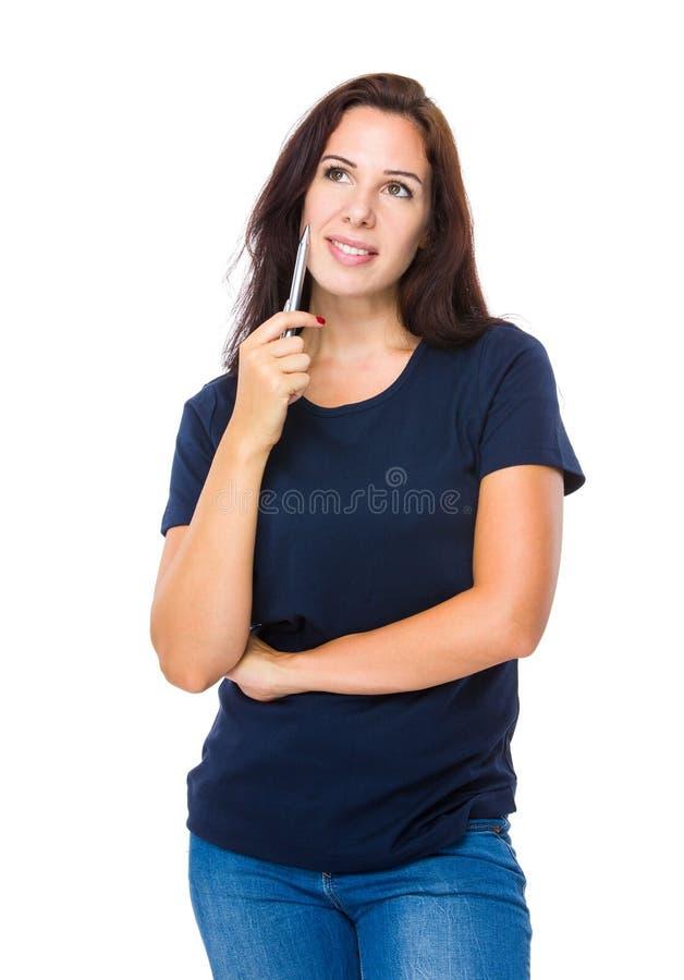 Η καυκάσια γυναίκα σκέφτεται κάτι στοκ εικόνες