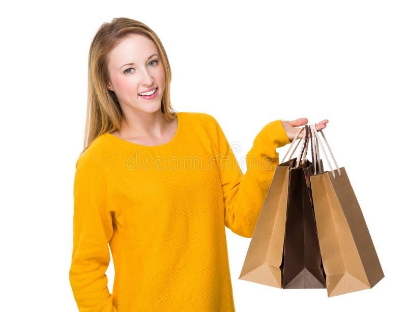 Η καυκάσια γυναίκα φέρνει με την τσάντα αγορών στοκ εικόνα με δικαίωμα ελεύθερης χρήσης