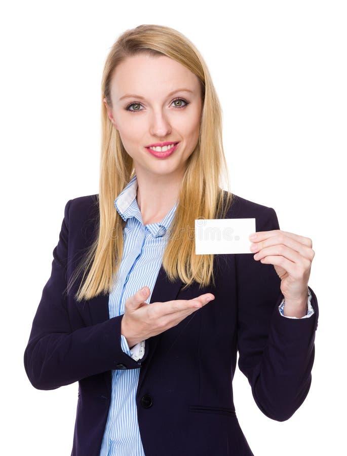Η καυκάσια επιχειρηματίας παρουσιάζει με την κενή κάρτα ονόματος στοκ φωτογραφίες με δικαίωμα ελεύθερης χρήσης