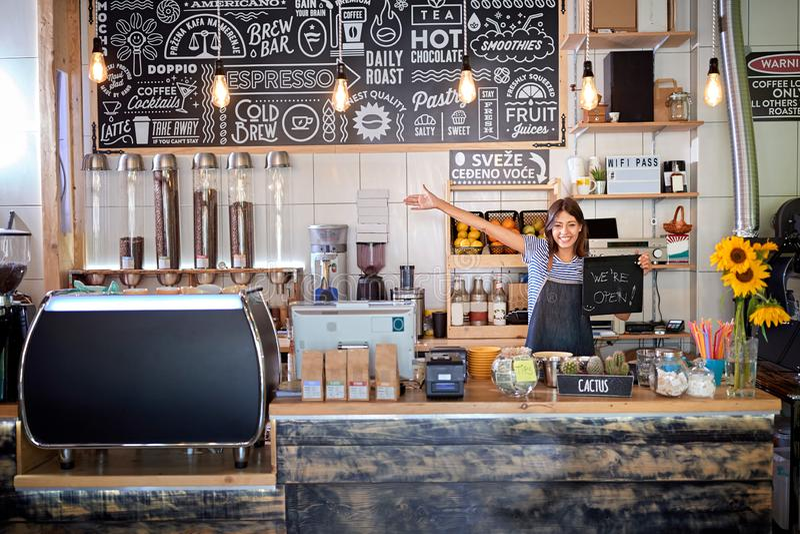 Η καφετέρια είναι ανοιχτή - γυναίκα στο χώρο εργασίας σε νέα ανοιχτή καφετέρια στοκ εικόνα με δικαίωμα ελεύθερης χρήσης