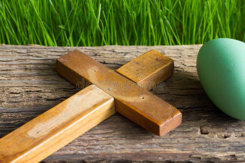 Η κενά αναζοωγόνηση και το σημάδι του σταυρού αυγών Πάσχας της νέας ζωής αφαιρούν την έννοια θρησκείας στοκ εικόνα