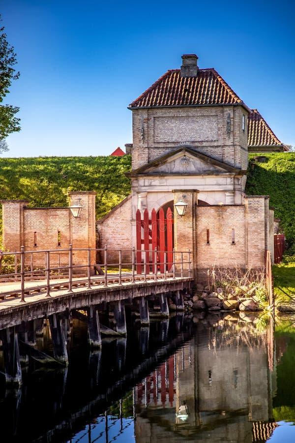 η κενές ξύλινες γέφυρα και οι πύλες με τα φανάρια και η παλαιά δομή οχυρώσεων απεικόνισαν στο νερό, στοκ εικόνα με δικαίωμα ελεύθερης χρήσης