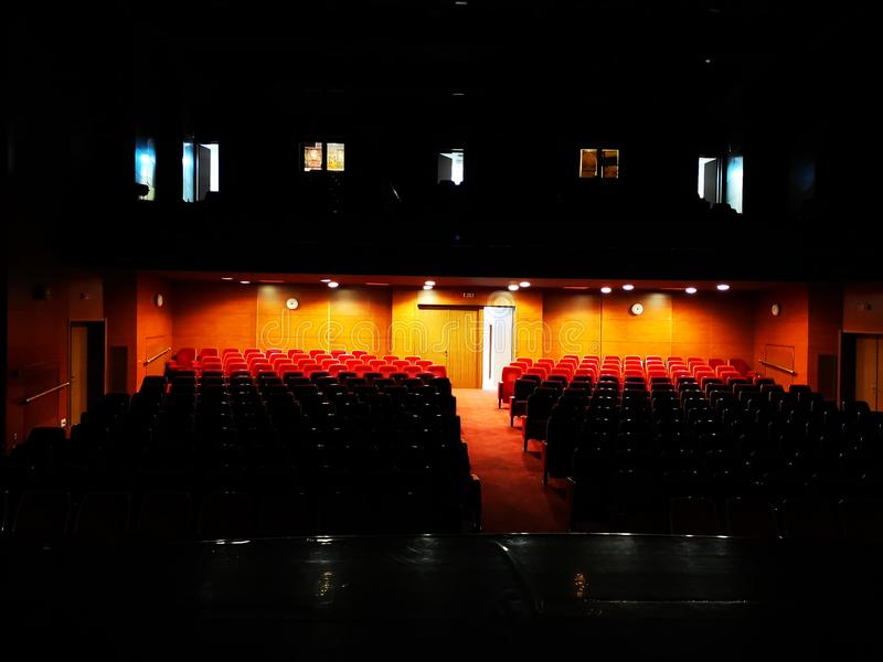 Η κενή αίθουσα θεάτρων με τα εξαφανισμένα φω'τα στοκ φωτογραφία με δικαίωμα ελεύθερης χρήσης