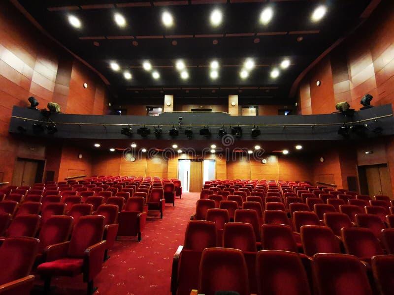 Η κενή αίθουσα θεάτρων - φωτεινά φω'τα στοκ φωτογραφίες