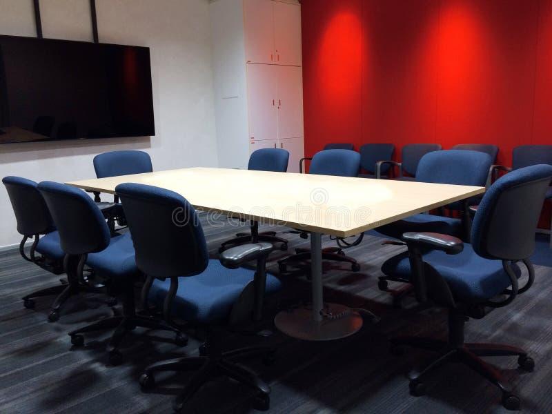 Η κενή αίθουσα συνεδριάσεων τις εργονομικές έδρες πινάκων και υφάσματος διασκέψεων που χρησιμοποιούνται με ως πρότυπο στοκ εικόνα