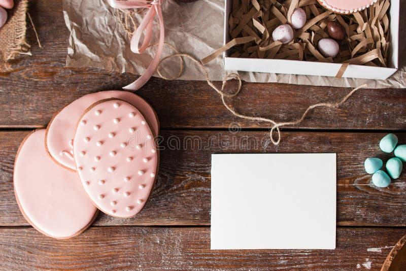 Η κενή κάρτα με το ρόδινο επίπεδο μπισκότων Πάσχας βρέθηκε στοκ εικόνες