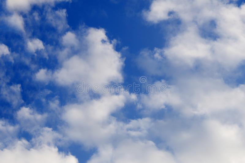 Η κενή ξύλινη επιτραπέζια κορυφή ενάντια, θόλωσε ένα αφηρημένο υπόβαθρο μπλε ουρανού Για την επίδειξη προϊόντων και τη διαφήμιση  στοκ φωτογραφίες