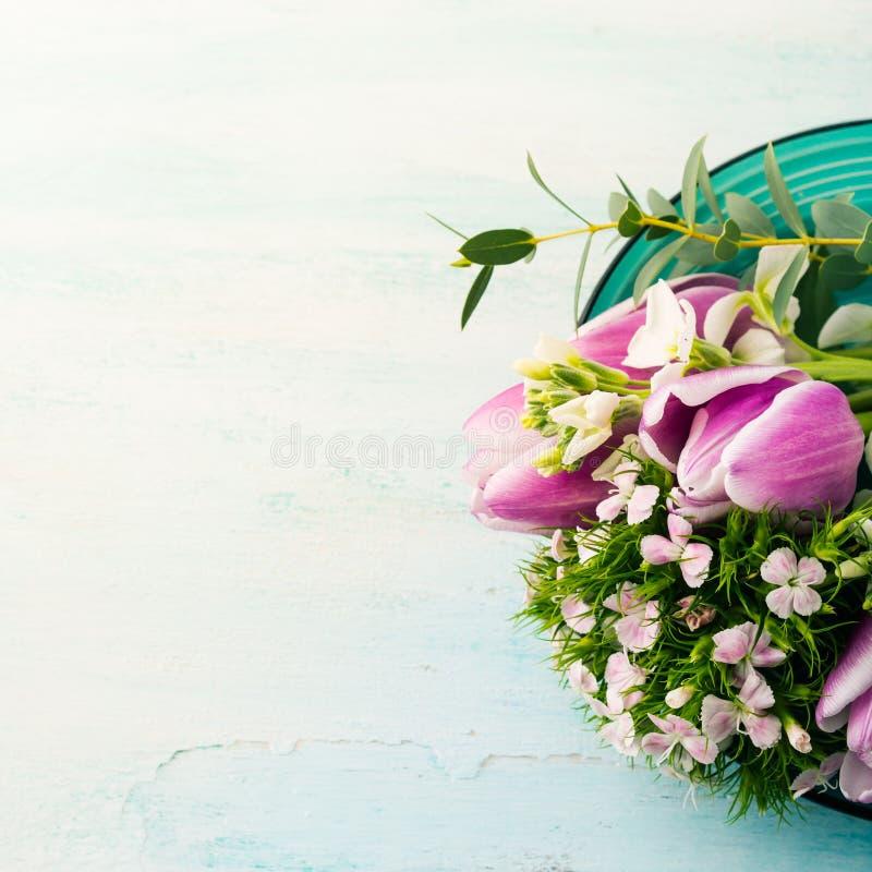 Η κενή πορφυρή κάρτα ανθίζει τα χρώματα κρητιδογραφιών άνοιξη τριαντάφυλλων τουλιπών στοκ εικόνες με δικαίωμα ελεύθερης χρήσης