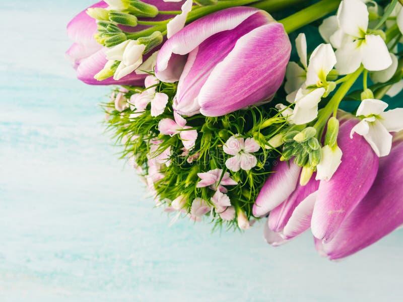 Η κενή πορφυρή κάρτα ανθίζει τα χρώματα κρητιδογραφιών άνοιξη τριαντάφυλλων τουλιπών στοκ εικόνες