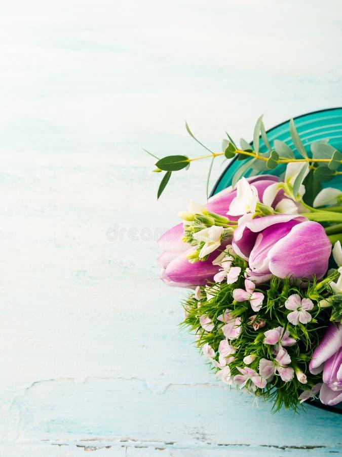 Η κενή πορφυρή κάρτα ανθίζει τα χρώματα κρητιδογραφιών άνοιξη τριαντάφυλλων τουλιπών στοκ φωτογραφίες