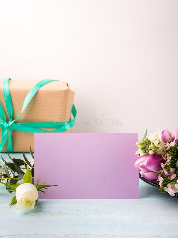 Η κενή πορφυρή τουλίπα λουλουδιών καρτών αυξήθηκε χρώματα κρητιδογραφιών στοκ εικόνα