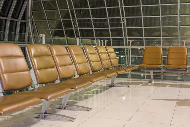 Η κενή τελική περιμένοντας περιοχή αερολιμένων με τις καρέκλες στη νύχτα στοκ εικόνες με δικαίωμα ελεύθερης χρήσης