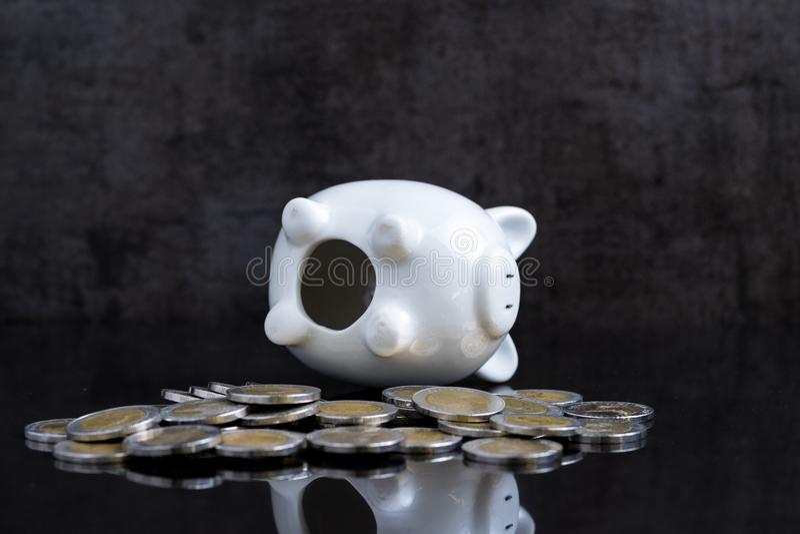 Η κενή piggy τράπεζα βάζει στο σκοτεινό μαύρο πίνακα με τα νομίσματα χρησιμοποιώντας ως bro στοκ εικόνες με δικαίωμα ελεύθερης χρήσης
