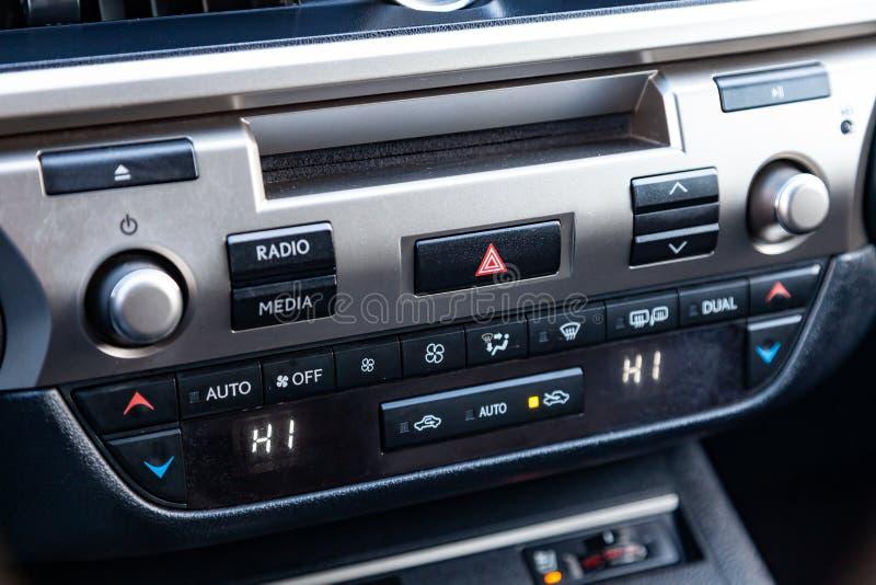 Η κεντρική κονσόλα ελέγχου στην επιτροπή μέσα στην κινηματογράφηση σε πρώτο πλάνο αυτοκινήτων με τον έλεγχο κλίματος και το ακουσ στοκ εικόνες