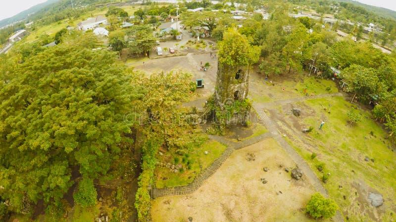 Η κεραία βλέπει τις καταστροφές της εκκλησίας Cagsawa, η παρουσίαση τοποθετεί Mayon στο υπόβαθρο Εκκλησία Cagsawa Φιλιππίνες στοκ φωτογραφίες με δικαίωμα ελεύθερης χρήσης