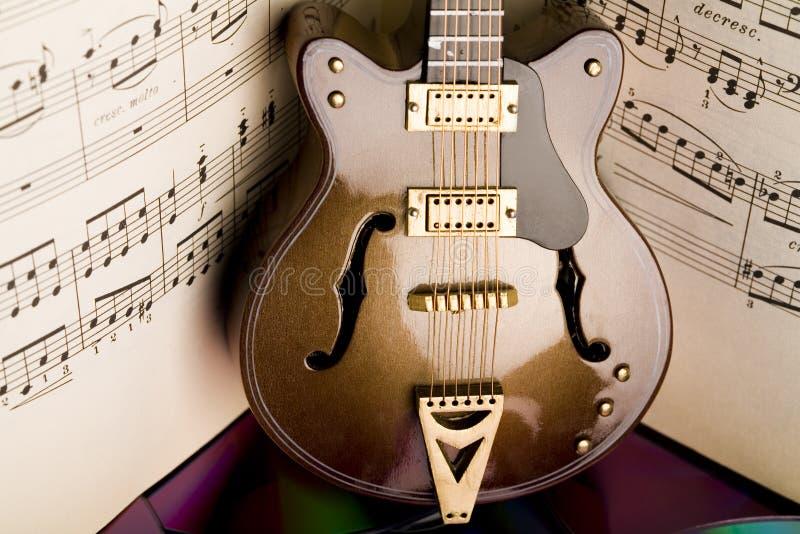 η κιθάρα σημειώνει παλαιό στοκ φωτογραφίες