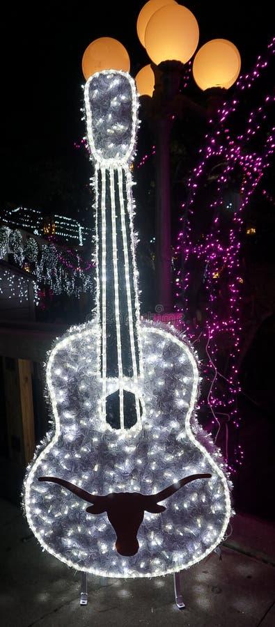 Η κιθάρα Longhorn Πανεπιστημίου του Τέξας άναψε επάνω με τα φω'τα διακοπών στοκ φωτογραφία με δικαίωμα ελεύθερης χρήσης
