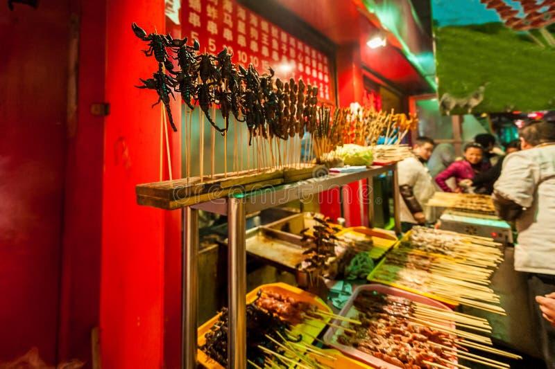 Η κινεζική αγορά, τηγανισμένοι σκορπιοί, εξωτική έννοια τροφίμων στοκ εικόνα με δικαίωμα ελεύθερης χρήσης