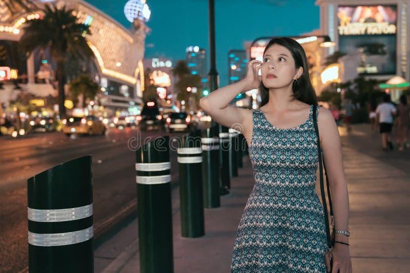 Η κινεζική κυρία με το φόρεμα που περπατά τινάζει την τρίχα στοκ εικόνες
