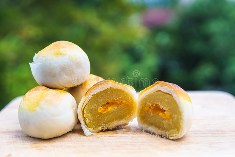 Η κινεζική ριπή ζύμης, φασόλια συσσωματώνει με τον αλατισμένο λέκιθο αυγών βάζει στο ξύλο στοκ φωτογραφίες με δικαίωμα ελεύθερης χρήσης