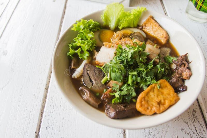 Η κινεζική σούπα νουντλς ρόλων είναι φτηνά και εύγευστα τρόφιμα Για την εύκολη στην χώρα Ταϊλάνδη στοκ φωτογραφία