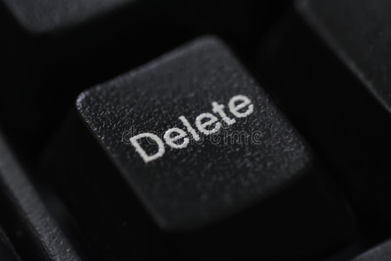 Η κινηματογράφηση σε πρώτο πλάνο ενός μαύρου πληκτρολογίου διαγράφει το κουμπί στοκ εικόνες