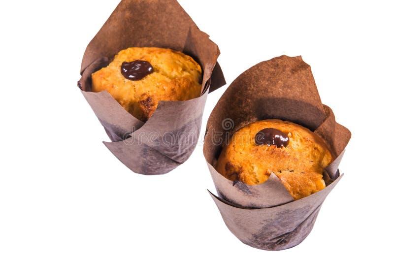 Η κινηματογράφηση σε πρώτο πλάνο εύγευστα muffins γλυκιάς σοκολάτας στο λευκό απομονώνει το υπόβαθρο στοκ εικόνα