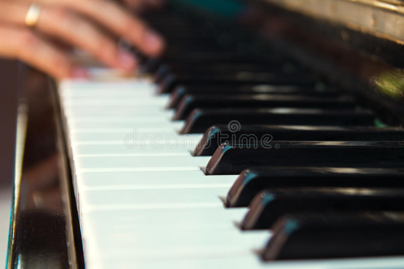 Η κινηματογράφηση σε πρώτο πλάνο κλειδιών πιάνων στοκ φωτογραφία με δικαίωμα ελεύθερης χρήσης