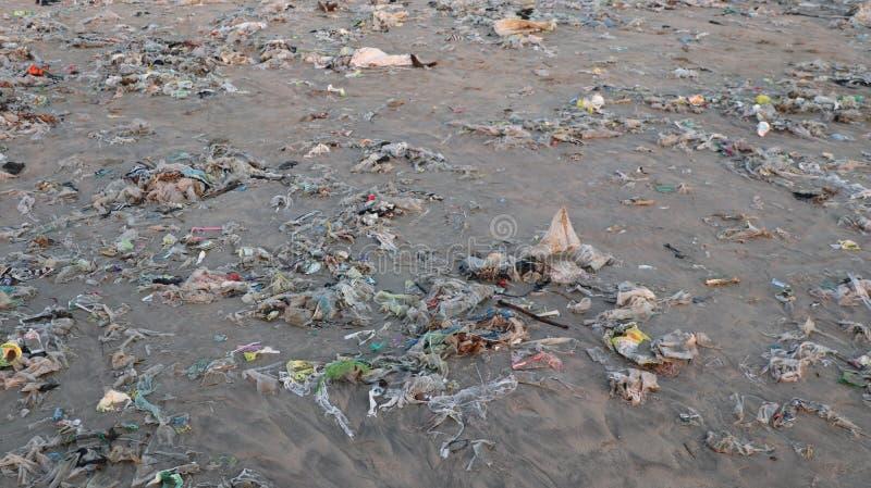 Η κινηματογράφηση σε πρώτο πλάνο μιας ακτής παραλιών έπλυνε επάνω με τα απορρίματα στοκ εικόνα