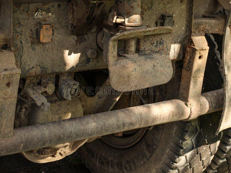 Η κινηματογράφηση σε πρώτο πλάνο της παλαιάς σκουριασμένης και βρώμικης πίσω, μεγάλης ρόδας φορτηγών και με ρυμουλκεί στοκ εικόνες
