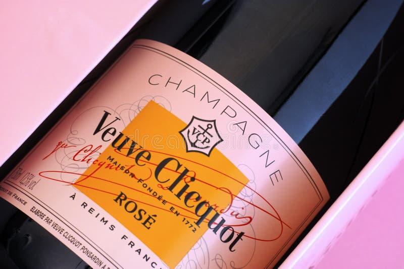 Η κινηματογράφηση σε πρώτο πλάνο του μπουκαλιού CHAMPAGNE Veuve Clicquot αυξήθηκε στο ρόδινο κιβώτιο στοκ εικόνες με δικαίωμα ελεύθερης χρήσης