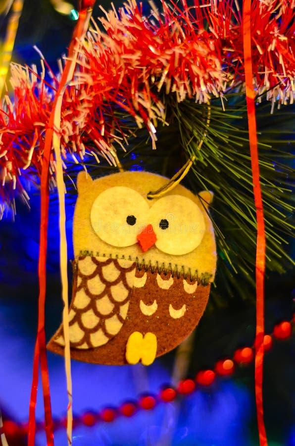 Η κινηματογράφηση σε πρώτο πλάνο των πολύχρωμων παιχνιδιών Χριστουγέννων υπό μορφή σπιτιού, κουκουβάγια, άλογο στο χριστουγεννιάτ στοκ εικόνες