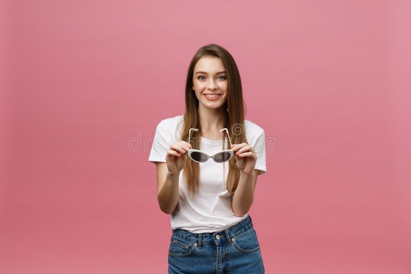Η κινηματογράφηση σε πρώτο πλάνο φωτογραφιών του γοητευτικού womanwith πολύ hairstyle που φορά τα καθιερώνοντα τη μόδα γυαλιά ηλί στοκ φωτογραφίες με δικαίωμα ελεύθερης χρήσης