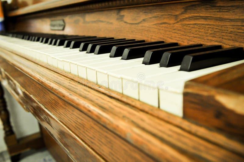 Η κινηματογράφηση σε πρώτο πλάνο ενός πιάνου κλειδώνει στοκ φωτογραφία