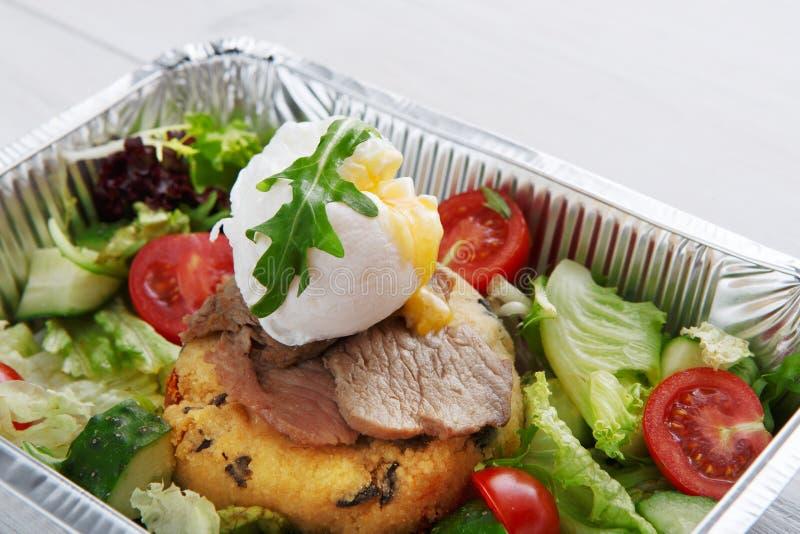 Η κινηματογράφηση σε πρώτο πλάνο παράδοσης τροφίμων εστιατορίων, κυνήγησε λαθραία αυγό με το κρέας στοκ φωτογραφίες