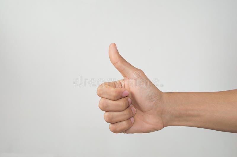 Η κινηματογράφηση σε πρώτο πλάνο του αρσενικού χεριού που παρουσιάζει αντίχειρες υπογράφει επάνω στοκ εικόνα με δικαίωμα ελεύθερης χρήσης