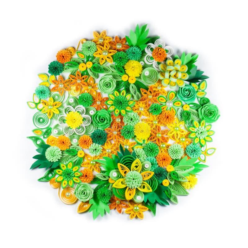 Η κινηματογράφηση σε πρώτο πλάνο των quilling λουλουδιών της κίτρινης, πράσινης, πορτοκαλιάς και Λευκής Βίβλου τακτοποίησε στον κ στοκ φωτογραφία με δικαίωμα ελεύθερης χρήσης