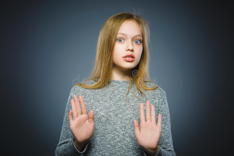 Η κινηματογράφηση σε πρώτο πλάνο φόβισε και συγκλόνισε το μικρό κορίτσι Ανθρώπινη έκφραση προσώπου συγκίνησης στοκ εικόνες με δικαίωμα ελεύθερης χρήσης