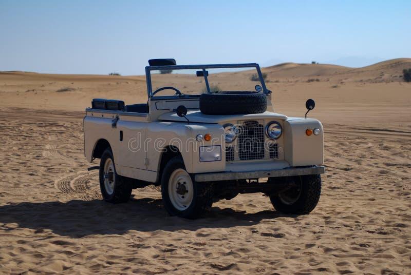 Η κλασική δεκαετία του '50 Land Rover στην έρημο στοκ εικόνα με δικαίωμα ελεύθερης χρήσης