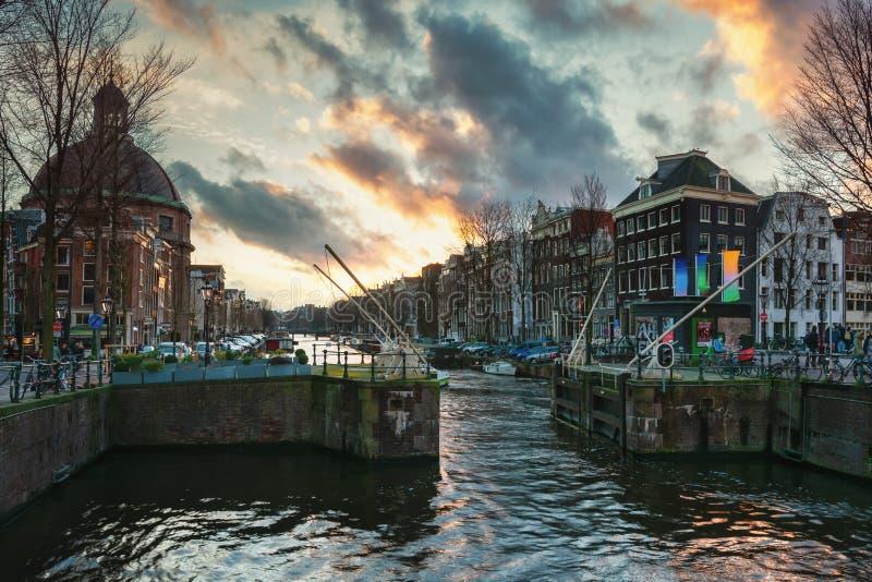 Η κλειδαριά στο κανάλι Singel στην παλαιά πόλη του Άμστερνταμ στοκ φωτογραφία με δικαίωμα ελεύθερης χρήσης