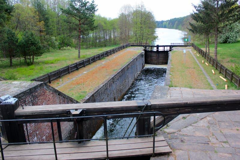 Η κλειδαριά Paniewo, η ένατη κλειδαριά και η μόνη δίδυμος-αίθουσα κλειδώνουν στο κανάλι Augustow στην Πολωνία στοκ εικόνες