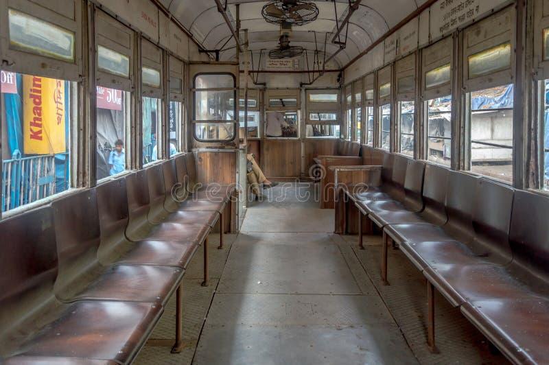 Η κληρονομιά Kolkata, κενό τραμ στο δρόμο του esplanade μια Κυριακή πρωί στοκ φωτογραφίες
