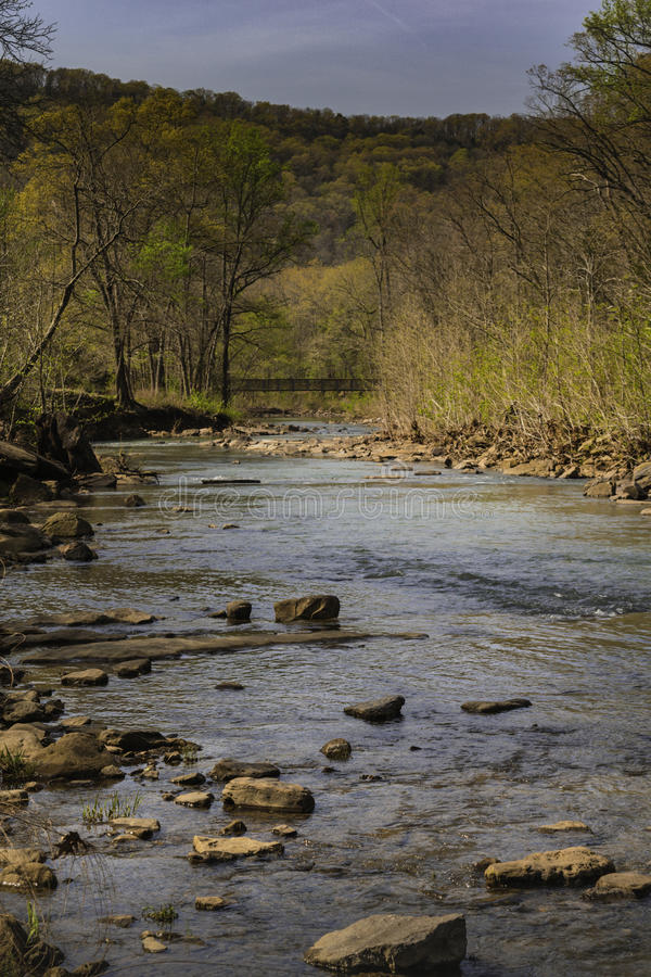Η κοίτη του ποταμού μέσω των βουνών Ozark αναπηδά πολύ νωρίς στοκ φωτογραφία με δικαίωμα ελεύθερης χρήσης