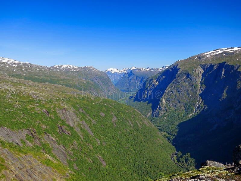 Η κοιλάδα της αύρας ποταμών, κάλεσε Eikesdalen στοκ εικόνα