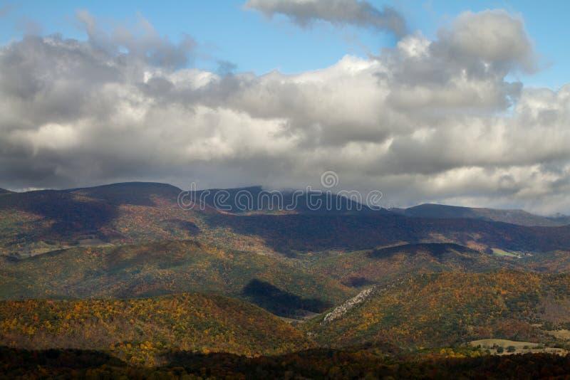 Η κοιλάδα το φθινόπωρο με βγάζει φύλλα το μεταβαλλόμενο χρώμα στοκ φωτογραφίες