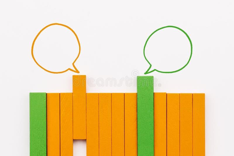 Η κοινοτική επικοινωνία, αντιπροσωπεύει τη διάσκεψη ανθρώπων, την κοινωνικές αλληλεπίδραση μέσων & τη δέσμευση ξύλινος φραγμός πο στοκ εικόνα