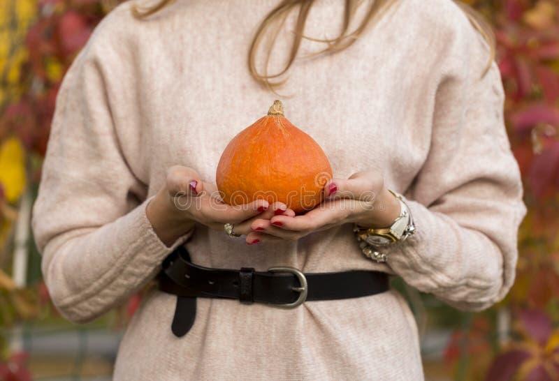 Η κολοκύθα στη γυναίκα διανέμει την πόρτα στοκ φωτογραφία με δικαίωμα ελεύθερης χρήσης