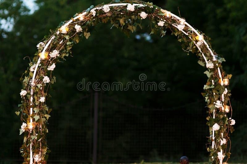 Η κομψή φρέσκια floral αψίδα γαμήλιων διαδρόμων με τα φύλλα ανθίζει το α στοκ εικόνες